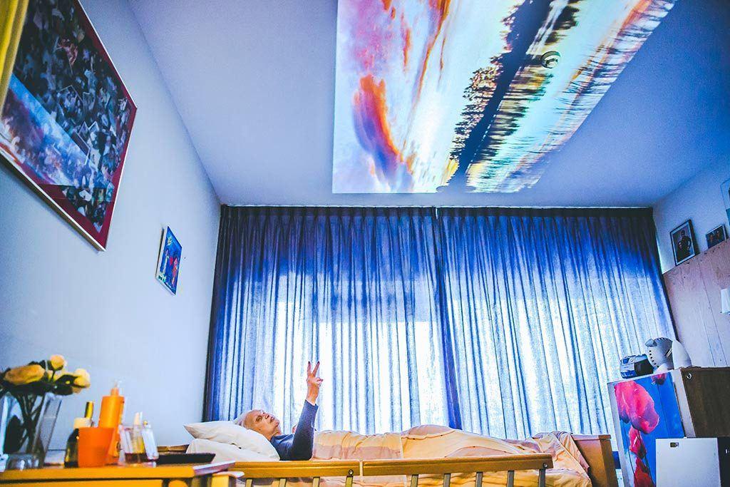 qwiek - de geprojecteerde foto op het plafond stimuleert de bedliggende client te reageren