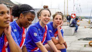 4 meiden op een bankje in het Life Goals tenue
