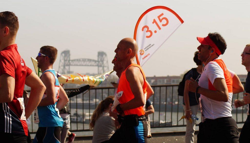 een groepje hardlopers tijden de marathon van Amsterdam