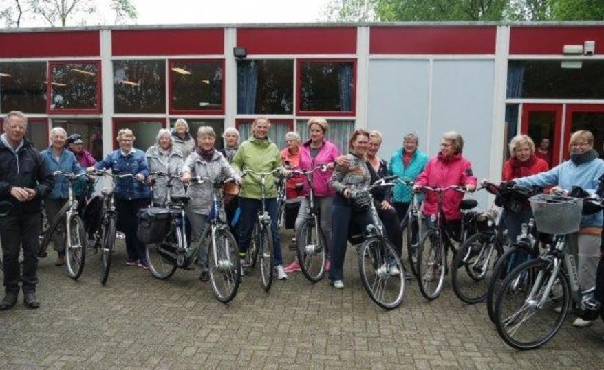 Groepsfoto van senioren met hun fiets