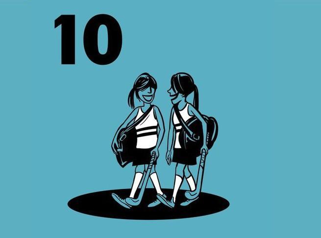 Illustratie met 2 meisjes die naast elkaar lopen met een hockeystick en sporttas