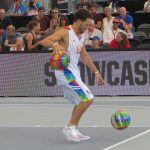 een urban sporter die een oefening uitvoert met 2 ballen