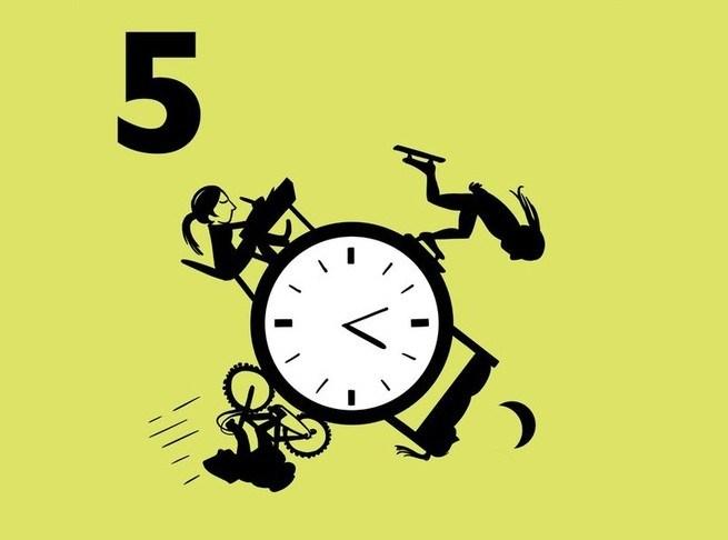 Illustratie van een klok met daarom heen dagactiviteiten uitgebeeld