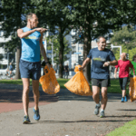 volwassenen bezig met plogging, joggen en zwerfafval verzamelen
