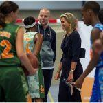 Koningin Maxima in gesprek met jongeren en hun coach