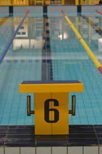 Startblok bij een zwembad