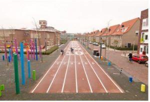 Een voorbeeld van een straat bij een school waar de weg kindvriendelijk is gemaakt