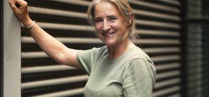 Portretfoto Marjolein Kuijt met op de achtergrond een klimrek.