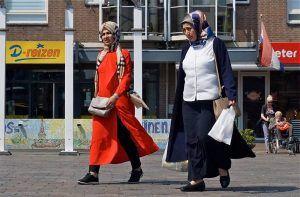 Twee vrouwen met migratie achtergrond doen boodschappen