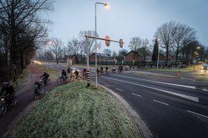 heel veel fietsetsers zijn aan het oversteken