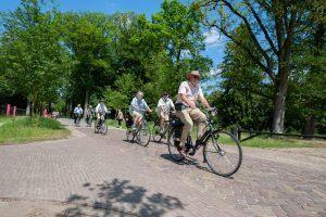 mensen op de fiets in de natuur