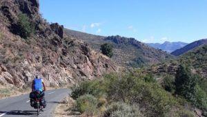 man fietst op de weg in de bergen