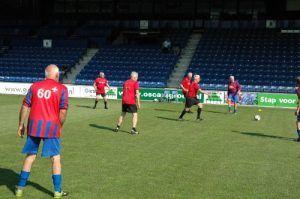 ouderen manen aan het voetbalen