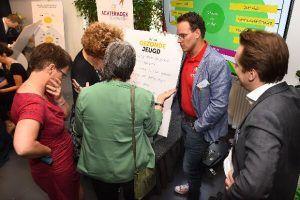 mensen vergaderen en praten bij een whiteboard