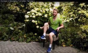man op een stoel buiten oefeningen aan het maken