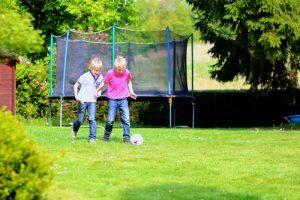 Tieners in tuin met trampoline