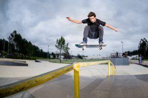 Jongere in skatepark op skateboard