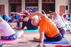 yoga in een zaaltje