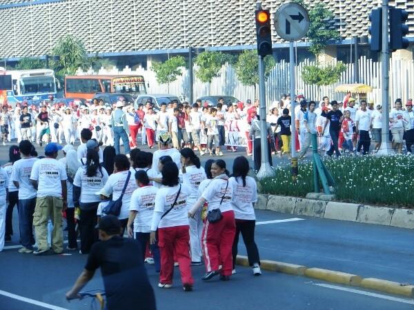 heel veel mensen op straat in Jakarta