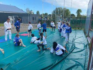 Judoka's aan het trainen buiten