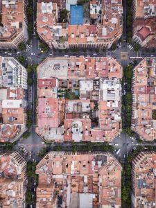 luchtfoto van gebouwen genaamd superbloks in Barcelona