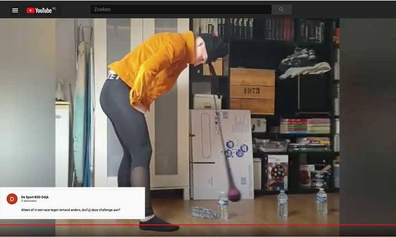 begeleider van bso odijk doet online de challenge voor - flesjes water omkegelen dmv een slinger die je met je hoofd bedient