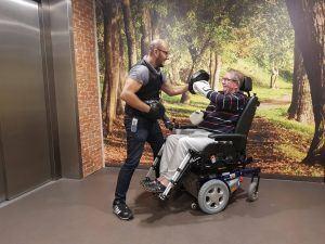 Vitaliteitscoach beweegt met dame in rolstoel in zorginstelling