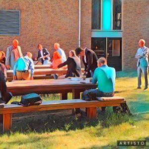 mensen brainstormen aan tafel buiten