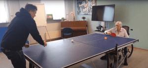 Ouderen spelen tafeltennis in een zorginstelling