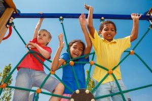 kinderen spelen op een klimrek