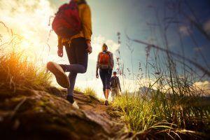 Groep mensen wandelt in natuur