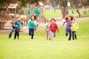 kinderen rennen in het park