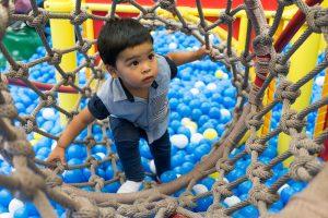 jongetje klimt in speeltuin