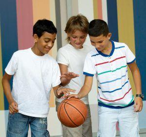 jongens spelen met een basketbal