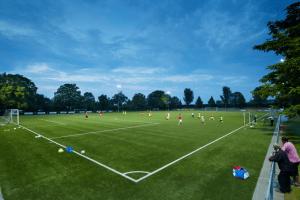 kinderen aan het trainen op het voetbalveld