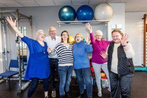 ouderen doen beweegoefeningen