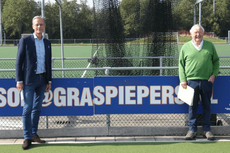 """Voorzitter Dirk Baron (links) en Adri Uildriks (rechts) van de duurzaamheidscommissie van DMHC """"de Graspiepers"""""""