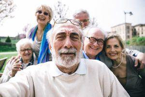 groep ouderen in het park
