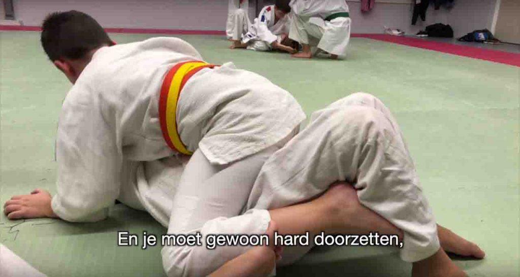 De 8 jarige Dean aan het judoen
