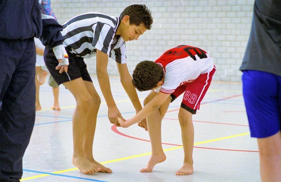 2 kinderen doen samen een oefening om los van elkaar te komen